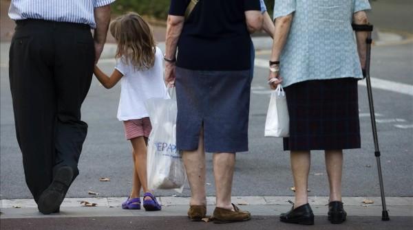 Barcelona 22 7 2010     Economia    Pensionistas Jubilados y ninos foto ilustrativa tema futuro de las pensiones      Foto de Julio Carbo